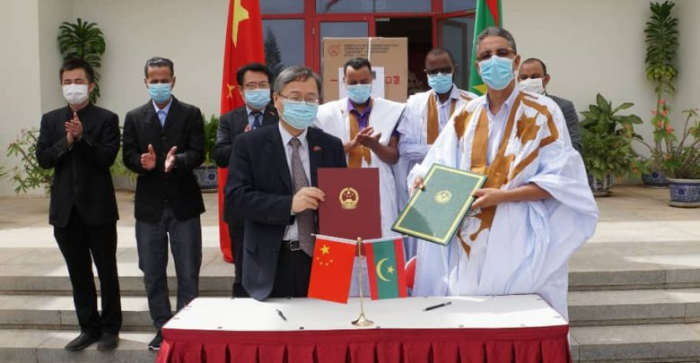 صورة رابطة خريجي الصين تتسلم كمية معتبرة من الكمامات مقدمة من سفارة الصين