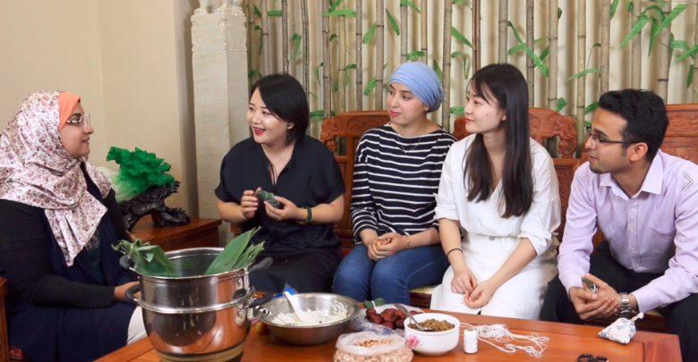 صورة أجانب يحتفلون بمهرجان قوارب التنين بمنطقة نينغشيا بالصين